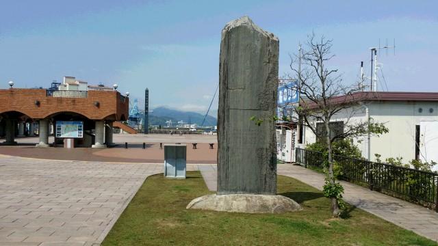 直輸出実現に功績のあった海野孝三郎翁の頌功碑 10年前の記念の日、日本平山頂から、茶の輸出にゆかりの深いこの地に移されました