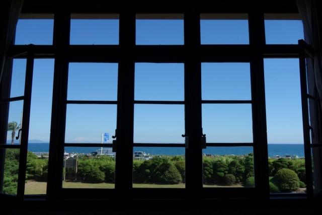 你可以看到從視窗平靜的駿河灣上二樓