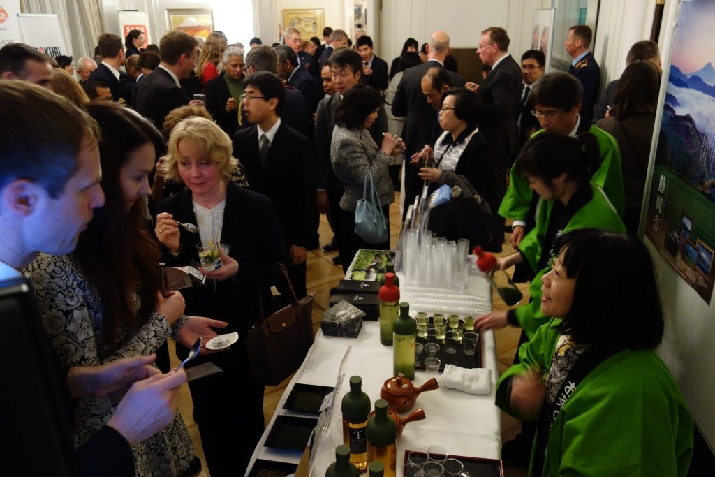 """Shizuoka tea"" to foreign countries! Milan-Berlin Pro motion business [part (3) of Emperor birthday celebration reception hosted by the Embassy of Japan Germany] of images"
