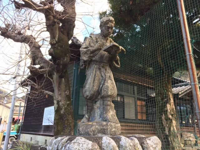 杉山夜学校前の二宮金次郎像