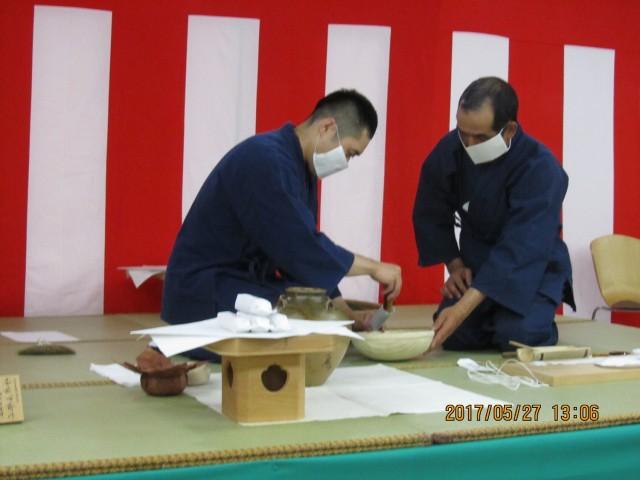 和紙に茶を詰める