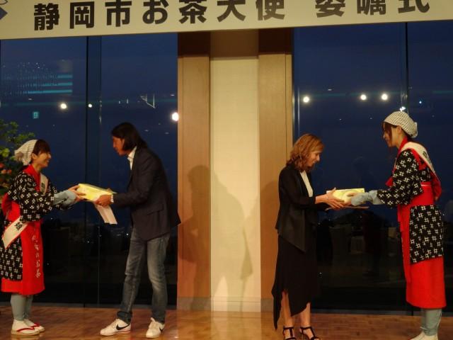 イタリア国内でご活躍されている新聞記者・レストランオーナーへ記念品の贈呈